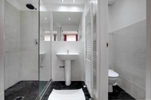 A bathroom at Fenix La Bohéme