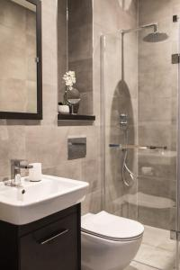 A bathroom at Luxury Apartment, Lewes Town Centre (with Parking)