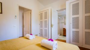 A bed or beds in a room at Carvoeiro Villa Sleeps 6 Pool Air Con WiFi