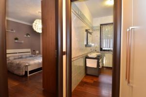 A bathroom at Erno Apartment