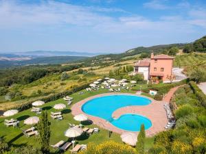 A view of the pool at Tenuta Quadrifoglio or nearby