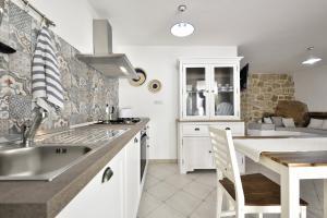A kitchen or kitchenette at Levante a pochi passi dal mare