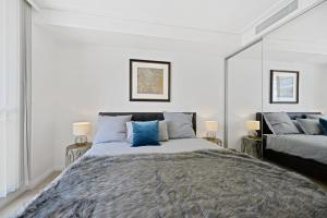 A bed or beds in a room at Deluxe Retreat in the Centre of Convenience