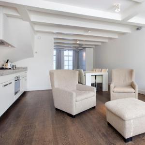 Ein Sitzbereich in der Unterkunft Charles Apartments