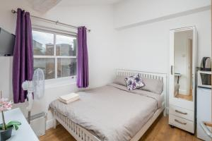 A bed or beds in a room at OYO Home Camden Town Studios