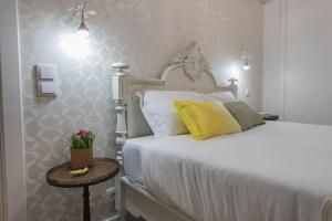 A bed or beds in a room at LovelyStay - Vintage Flat Near Santa Justa Elevator!