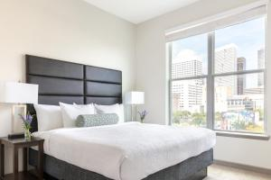 A bed or beds in a room at Stay Alfred on Caroline Street