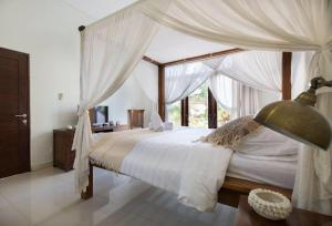 A bed or beds in a room at Evelina