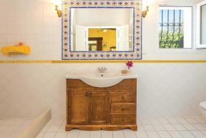 Een badkamer bij Acharavi Villa Sleeps 4 Air Con WiFi