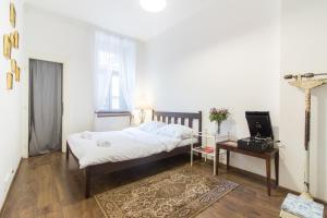 Кровать или кровати в номере Spacious Vintage Apartment in Coolest Hipster District by easyBNB