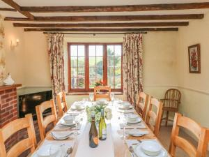 A restaurant or other place to eat at Greendown Farmhouse, Umberleigh