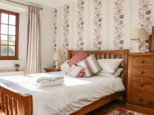 A bed or beds in a room at Greendown Farmhouse, Umberleigh