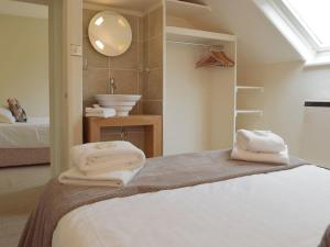 A bed or beds in a room at Madog