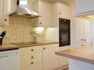 A kitchen or kitchenette at Aneirin