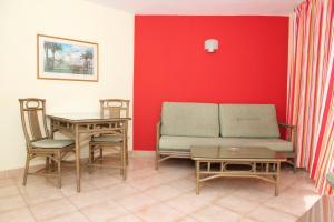 Area tempat duduk di Apartamentos Morasol