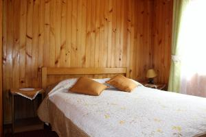 A bed or beds in a room at Cabañas Río Pascua