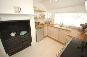 A kitchen or kitchenette at Pentire - Polruan