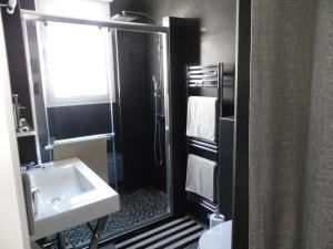 A bathroom at Le François 1er