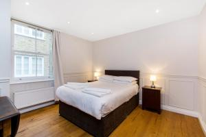 A bed or beds in a room at Luxurious Central Soho Apartment