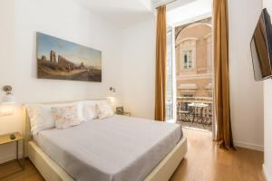 A bed or beds in a room at Amazing Piazza Venezia Suites