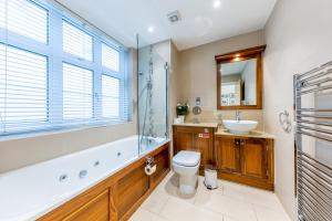 A bathroom at Lux Apartment near Big Ben by City Stay London