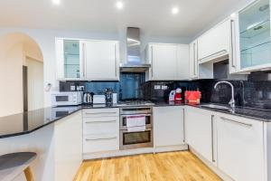 A kitchen or kitchenette at Lux Apartment near Big Ben by City Stay London