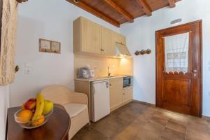A kitchen or kitchenette at Niriides
