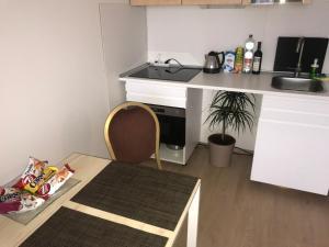 Кухня или мини-кухня в Modern Apartment - 3 min Metro station