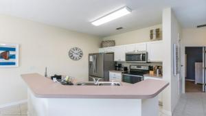Cuisine ou kitchenette dans l'établissement EV270677 - Bella Vida Resort - 4 Bed 3 Baths Townhouse