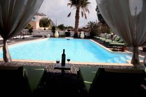 Bazén v ubytování Villa Anemomilos Perissa nebo v jeho okolí