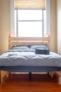 A bed or beds in a room at 1216 Suites 3B