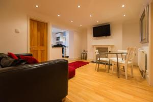 A seating area at Cosy 2 Bedroom Apartment near Camden Town