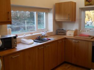 A kitchen or kitchenette at Ty'r Afon - River Cottage