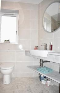 A bathroom at Newly Refurbished 2 Bedroom Apartment in Temple Bar