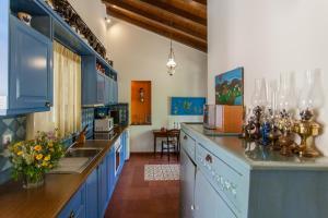 A kitchen or kitchenette at Metohi Georgila