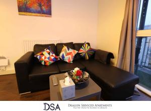 A seating area at Fiveways City View Apartment