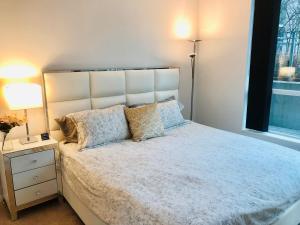 Un ou plusieurs lits dans un hébergement de l'établissement The Luxury Toronto Downtown Suites