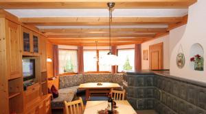 Ein Sitzbereich in der Unterkunft Lärchenwald Appartements
