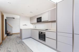 A kitchen or kitchenette at Sanctum International Serviced Apartments Belsize
