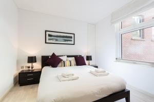 A bed or beds in a room at Farringdon Serviced Apartments