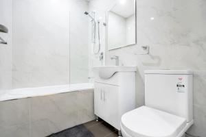 A bathroom at Rozelle Stylish& Luxury 4 Bedroom House
