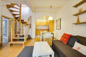 A seating area at Charming 2bed 2bath w/Sunny Terrace 10min to tube