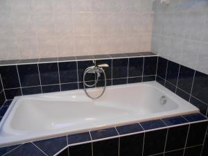 Salle de bains dans l'établissement Fontaine Marcousse