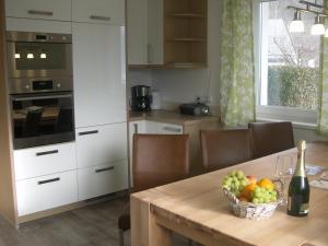 A kitchen or kitchenette at Ferienwohnung Fritz