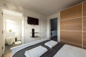 A bed or beds in a room at Quality Apartments Close to Tube