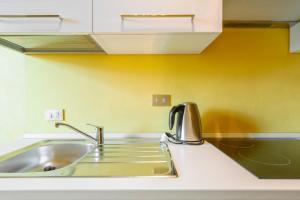 A kitchen or kitchenette at Certosa 90