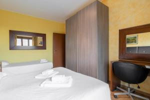 A bed or beds in a room at Certosa 90