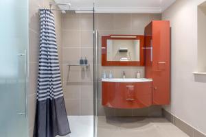 A bathroom at Luxurious Central Kensington Apartment