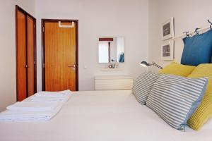 A bed or beds in a room at Sailing Apartment Aveiro