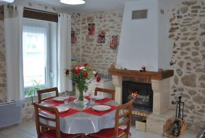 Restaurant ou autre lieu de restauration dans l'établissement Gite la Cluse